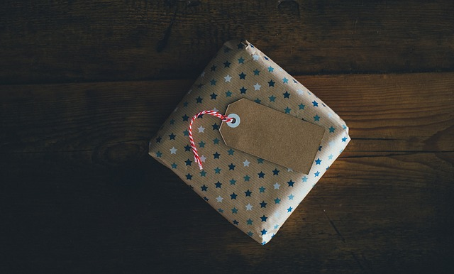 Simple gift box and tag