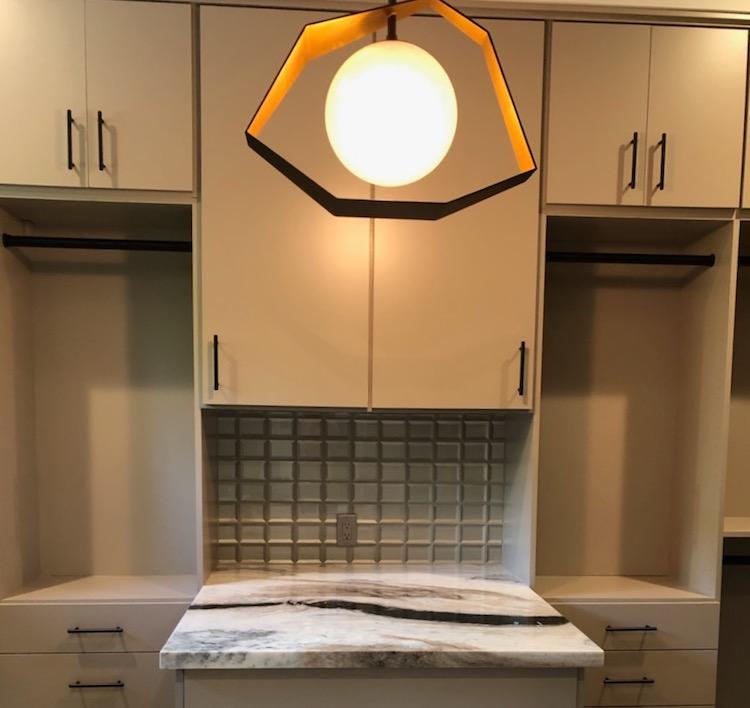 island and geometrical light in beige closet system Phoenix